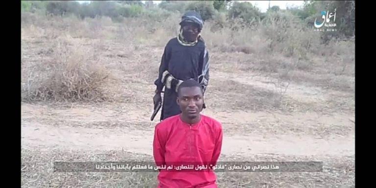 Ropvil Daciya Dalep, in ginocchio, prima di essere ucciso da un giovanissimo killer dell'Isis